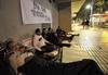 Seis familias de Los Colorines pasan la noche en la calle para exigir la salida del barrio