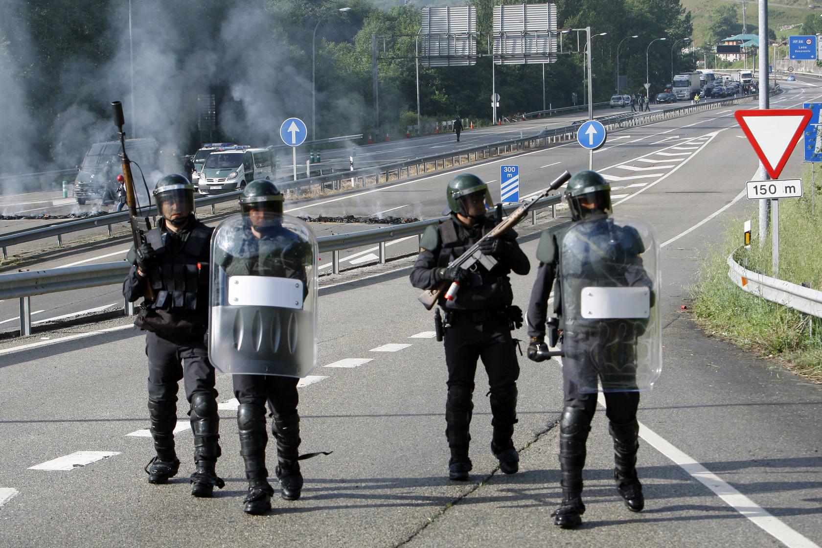 Los mineros se enfrentan a los antidisturbios en Campomanes