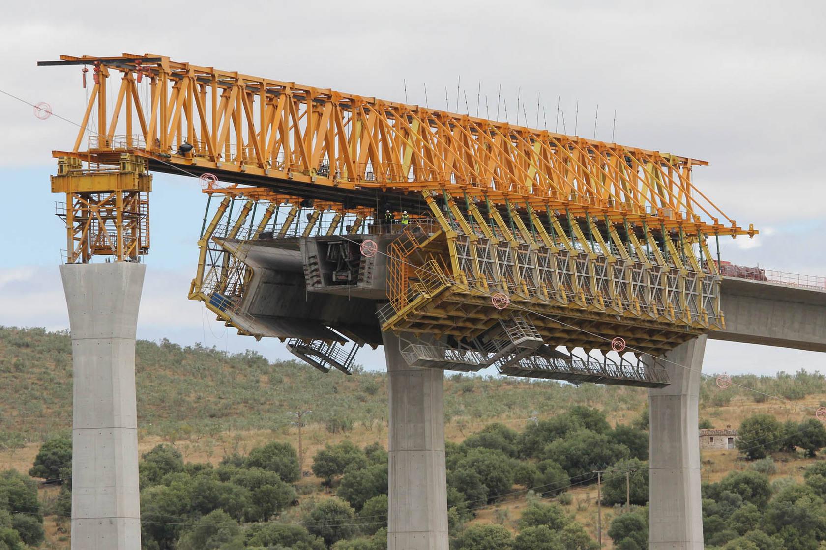 Pastor y Monago visitan las obras del AVE en los viaductos sobre los ríos Tajo y Almonte
