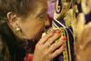 El besapié del Nazareno reúne a miles de cacereños